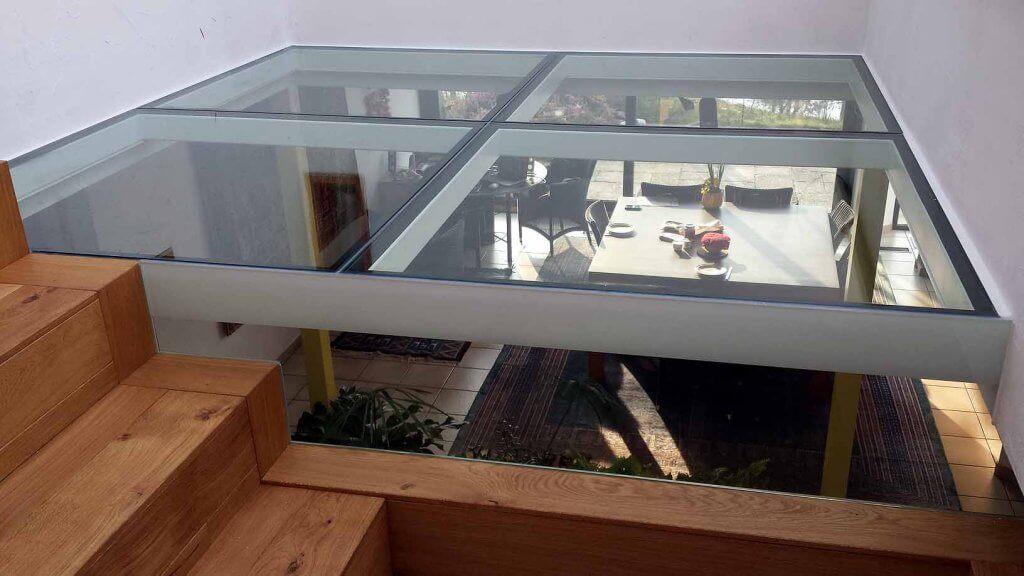 Pglas - Glazen vloer helder glas in 4 delen in witte stalen kader 002