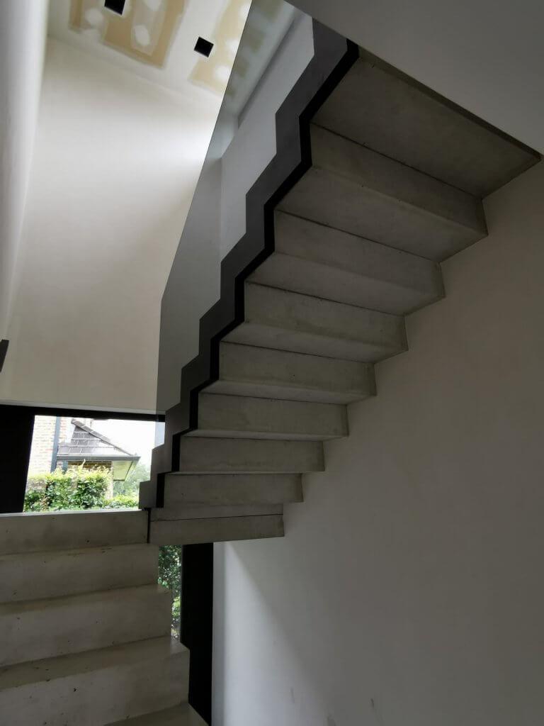 PPglas - Glazen balustrade 1x grijs gelaagd glas zwarte glasklem gelaserd volgt traptreden 001