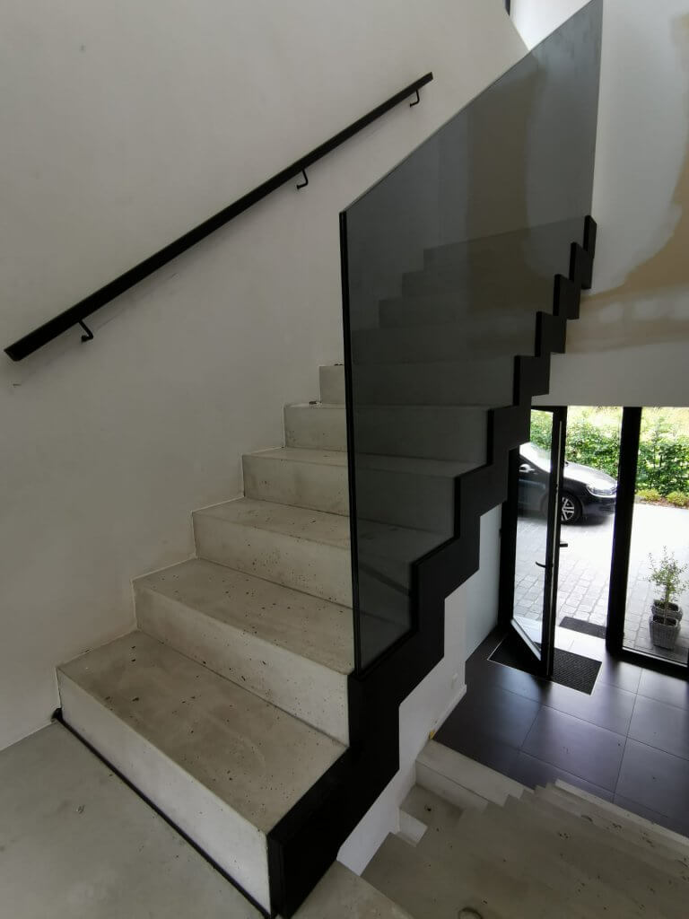 PPglas - Glazen balustrade 1x grijs gelaagd glas zwarte glasklem gelaserd volgt traptreden 003