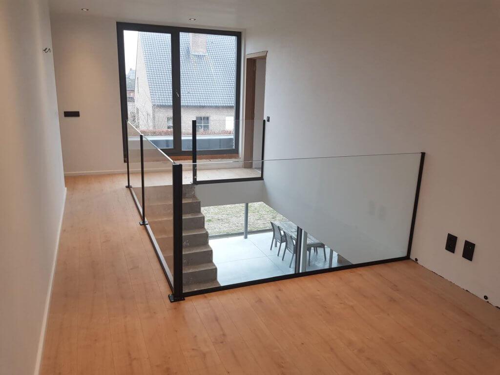 Pglas - Glazen balustrade extra klaar gelaagd glas opbouw zwarte paaltjes 002