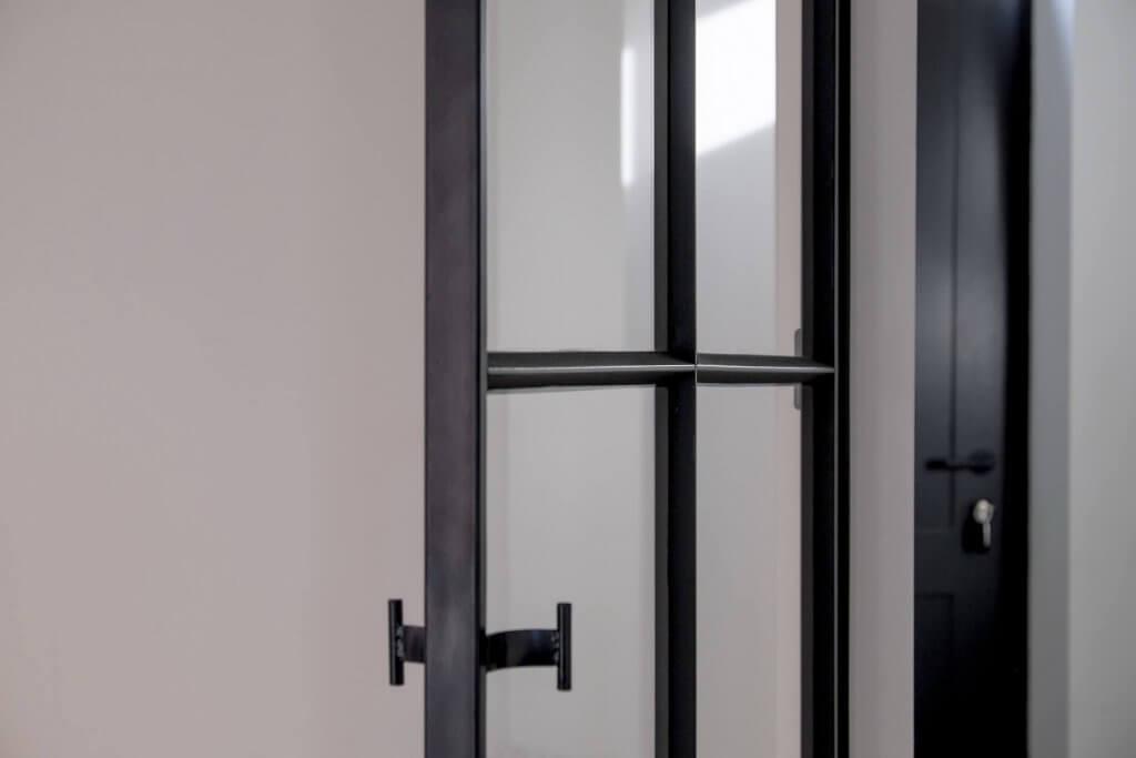 Stalen deur met T-greepje