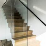 Glazen plafondhoge wand aan trap