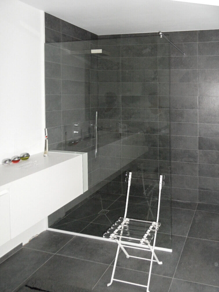 Douchewand helder glas over badkamermeubel stang muur glas