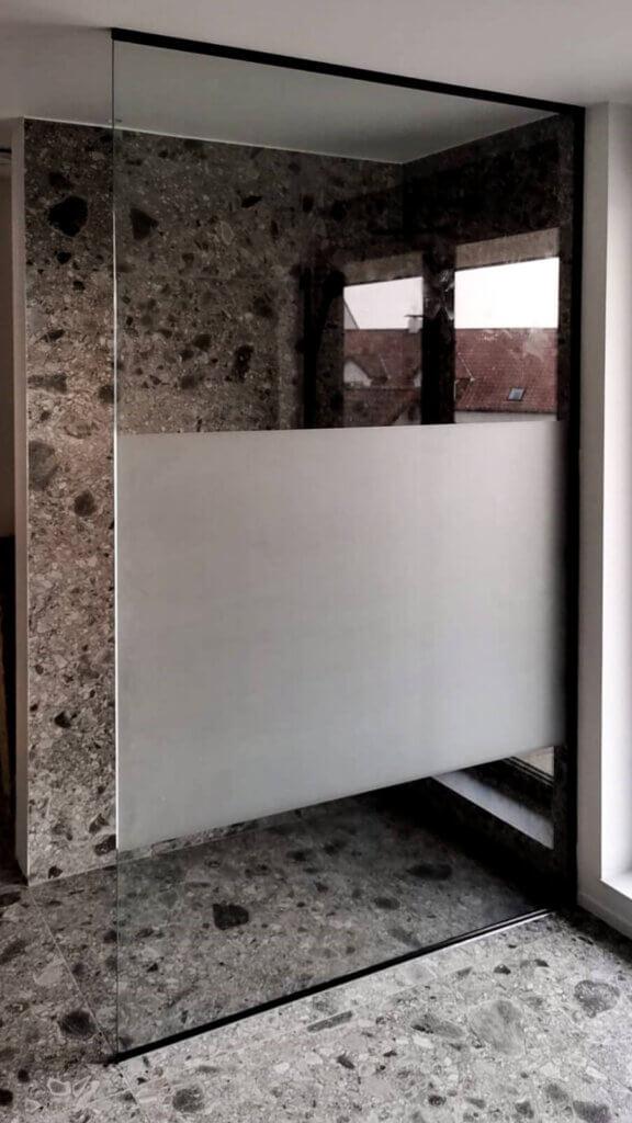 Douchewand helder glas plafondhoog zandstraling lendestrook
