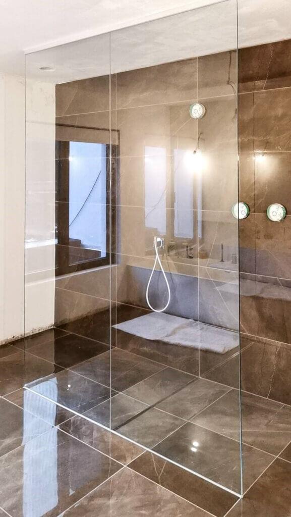 Douchewand plafondhoog 2delen helder glas Uprofiel wit bovenaan