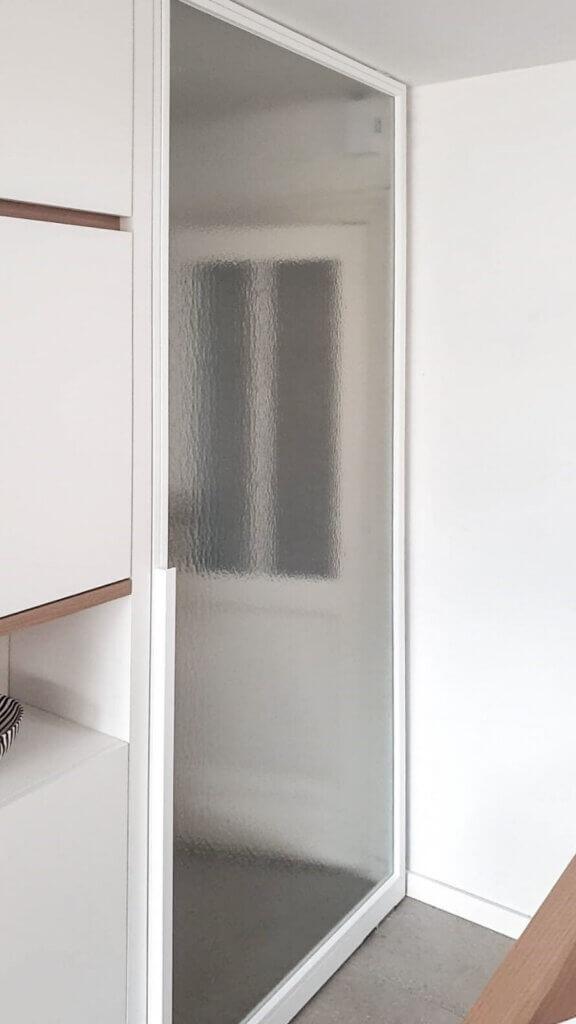 Stalen deur gelijkliggende glaslatten unica l trekker halfhoog wit kathedraalglas
