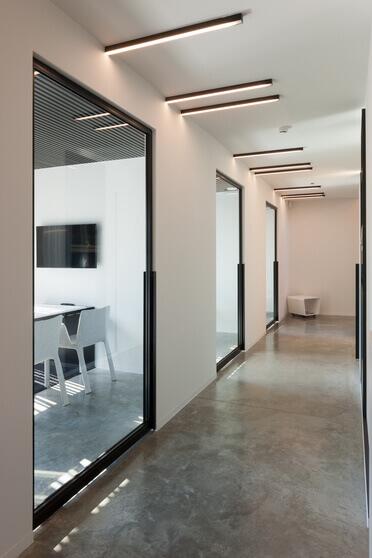 Stalen deur in kantoorwand