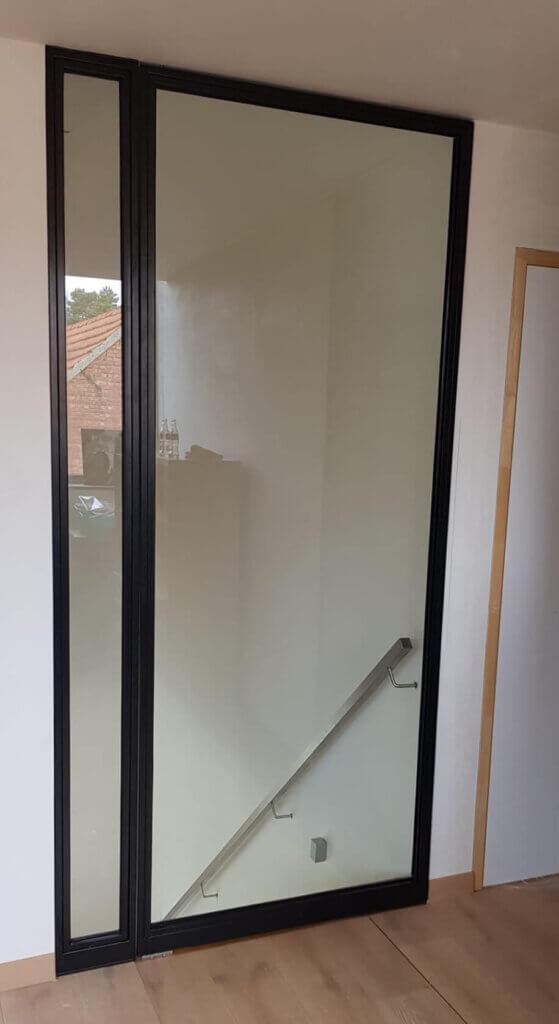 Stalen deur unica gelijkliggende glaslatten zijpaneel