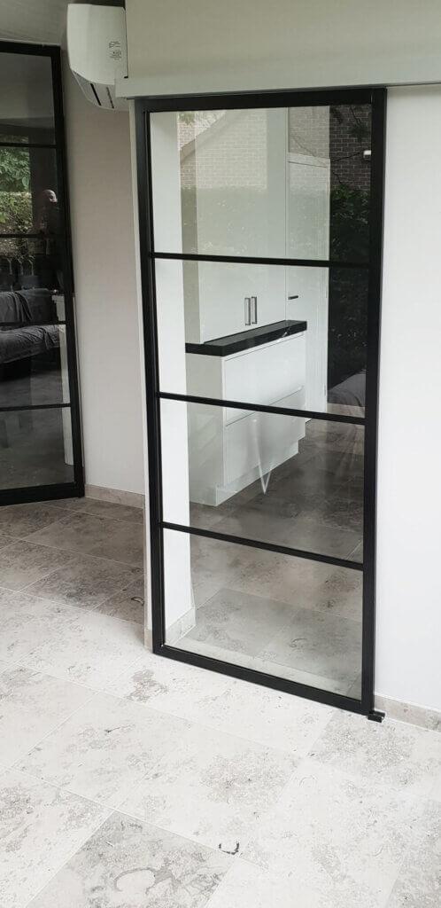 Stalen schuifdeur 4horizontale glasvlakken witte rail