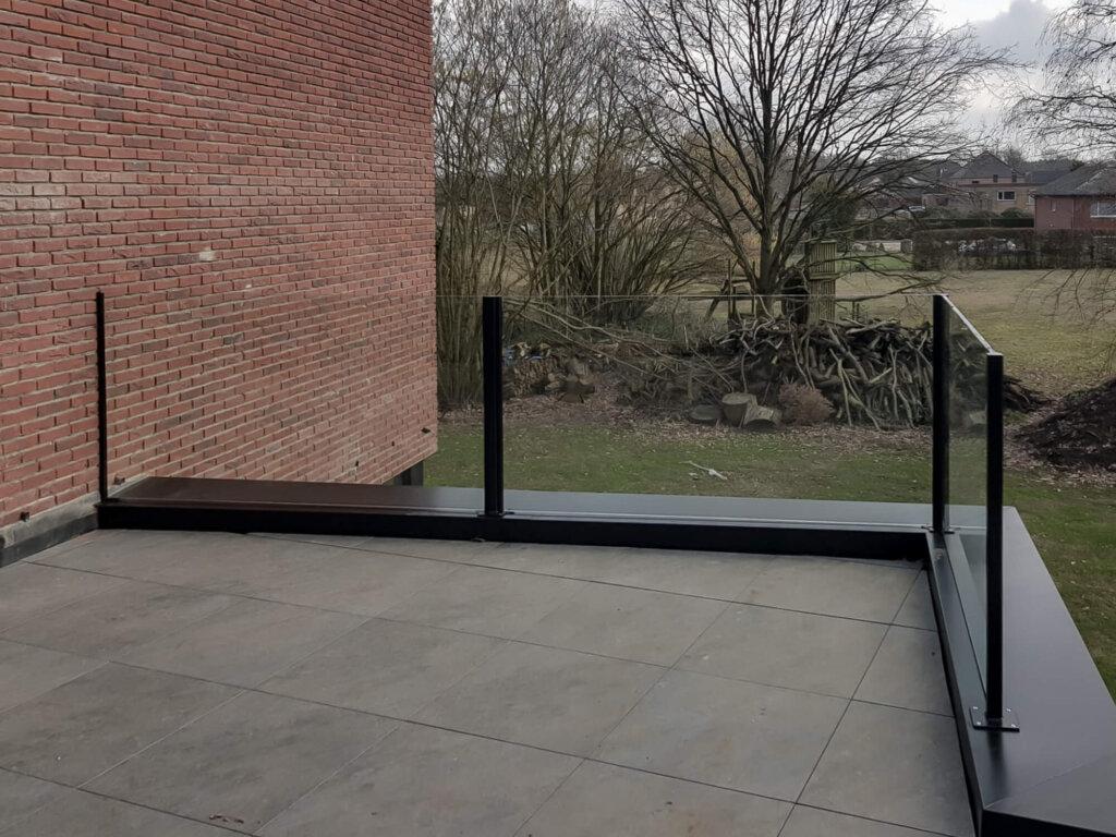 glazen balustrade gelaagd glas opbouw zwarte paaltjes