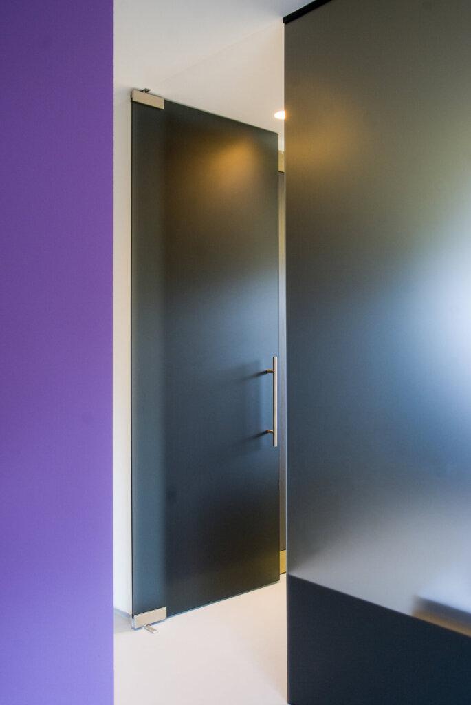 glazen-deur-in-wand-grijs-gezuurd-t50-2
