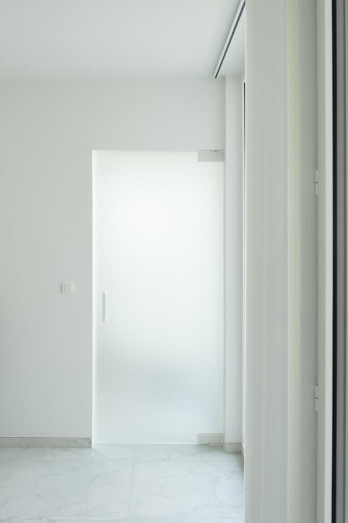 Glazen draaideur helder gezuurd glas ozone wit cosmic 200mm wit